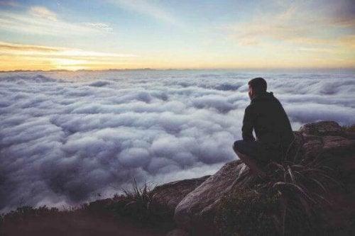 bulutlara bakan adam