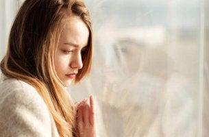 camdan bakan üzgün kadın