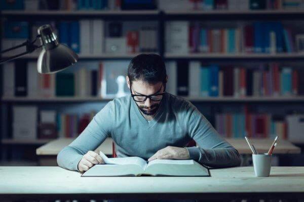 kütüphanede ders çalışmak