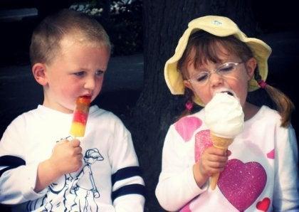 diğer dondurmayı kıskanan çocuk