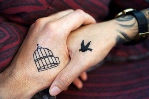 dövmeli çift eli