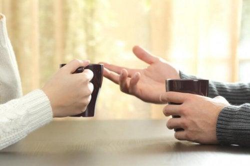 eller kahve tartışan kadın erkek