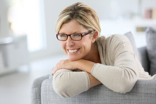 gözlüklü kadın