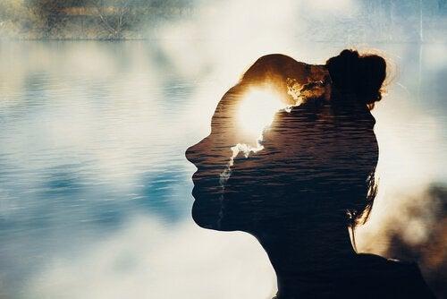 kafasının içinde güneş ve bulutlar gözüken kadın ve nöro-mutluluk