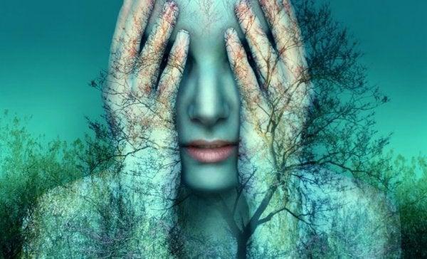 kadın, ağaç ve yapraklar