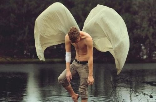 göl kıyısında kanatlı adam
