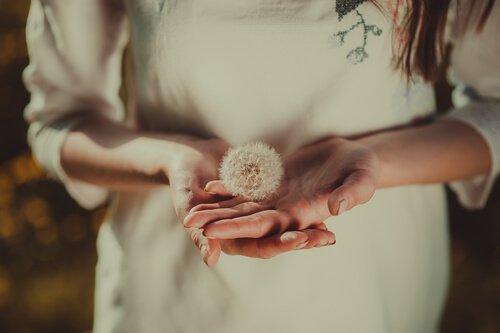 anı güzelleştirmek için çiçek tutan kız