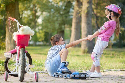 kız çocuğa yardım ediyor