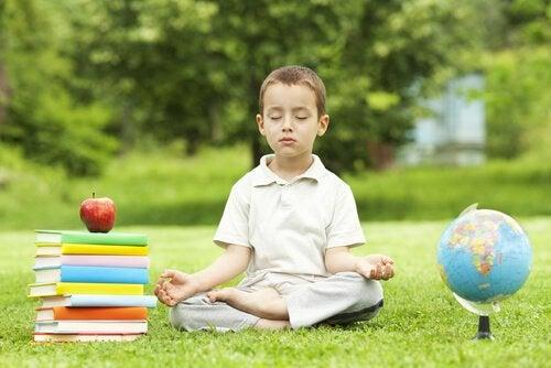 meditasyon yapan erkek çocuk