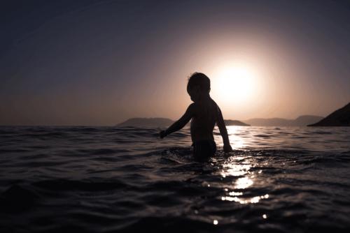okyanusta yüzen çocuk