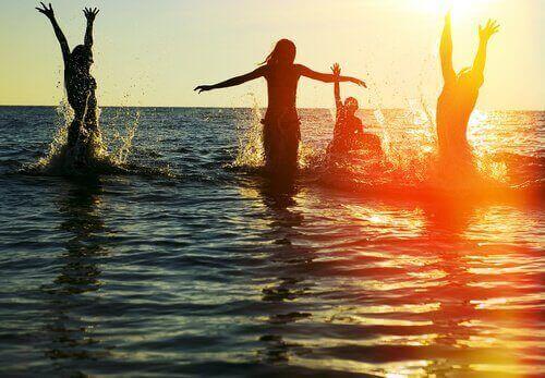 okyanusta oynayan kadınlar
