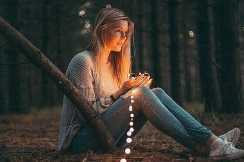 ormanda oturan kadın