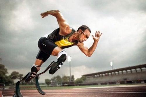 İki bacağında da protez olan bir koşucu ve direncin önemi