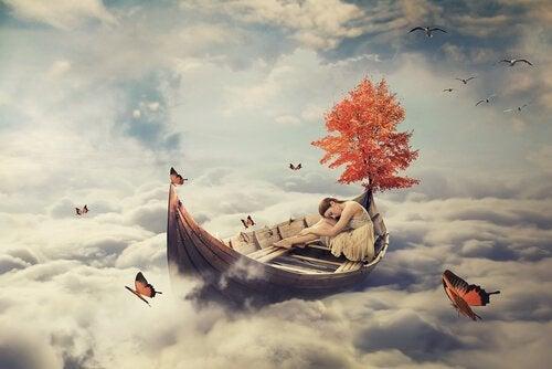 bulutların üstündeki kadın uyuyor
