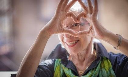 yaşlı kadın kalp yapıyor