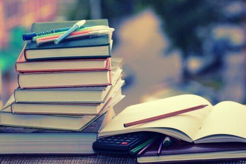Üst üste duran kitaplar