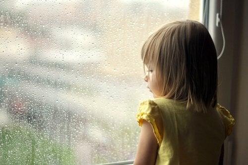 Camdan dışarı bakan kız çocuğu