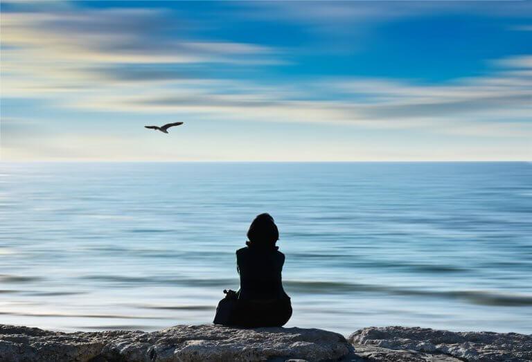 Deniz manzarası izleyen kadın