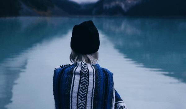Göle bakan bir kadın