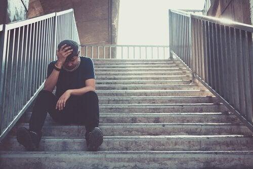 Merdivende oturan tükenmiş bir genç