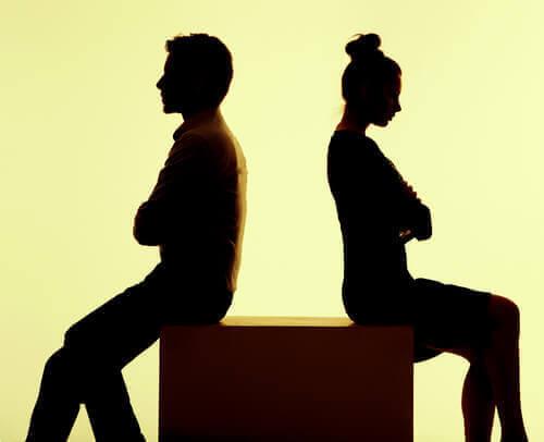 Sırt sırta oturan çift