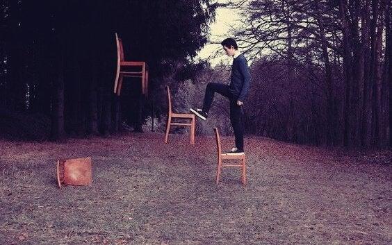 Sandalyeleri çıkan çocuk