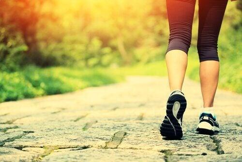 Spor ayakkabılı kadın yürüyor