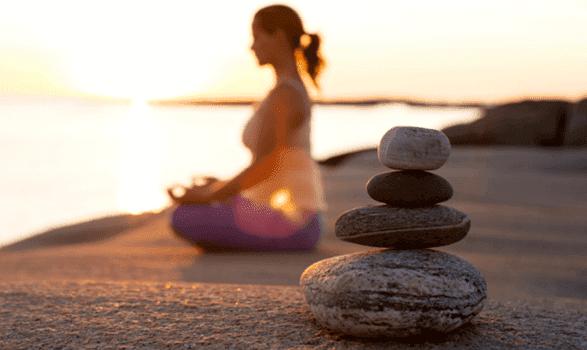 Taşlar ve meditasyon yapan kadın
