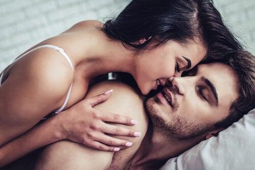 Yatakta öpüşen çift