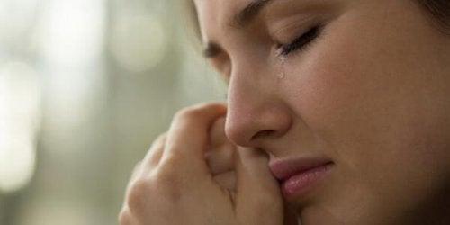 ağlamanın yararlarını gösteren kadın