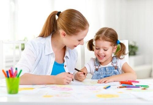 anne çocuk çizim yapıyor