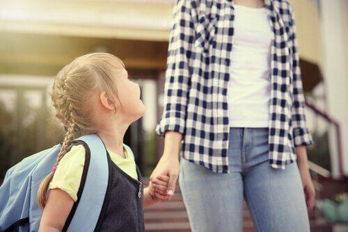 Okuldaki İlk Gününü Harika Geçirmesi İçin Çocuğunuza Yardımcı Olun