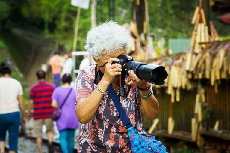 büyükanne fotoğraf çekiyor