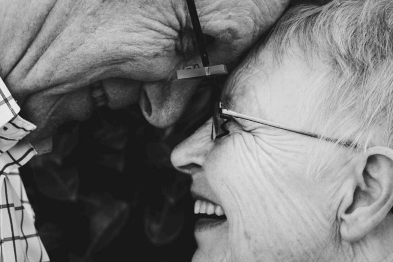 büyükanne ve büyükbaba gülümsüyor