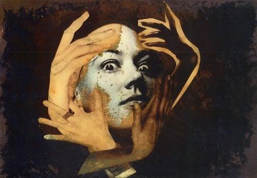 kadının suratında eller var
