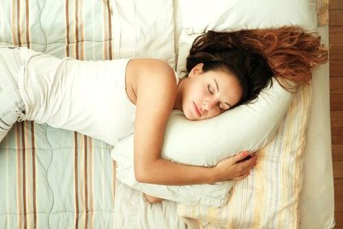 çizgili yatakta uyuyan kadın