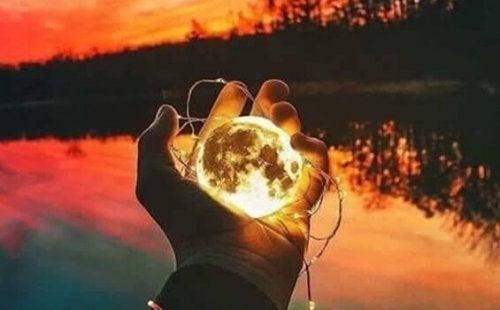elin içinde ay