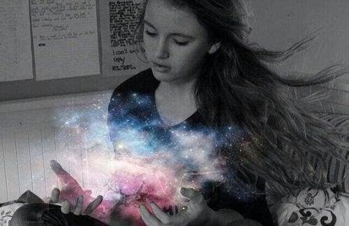 elinde ışık olan kız