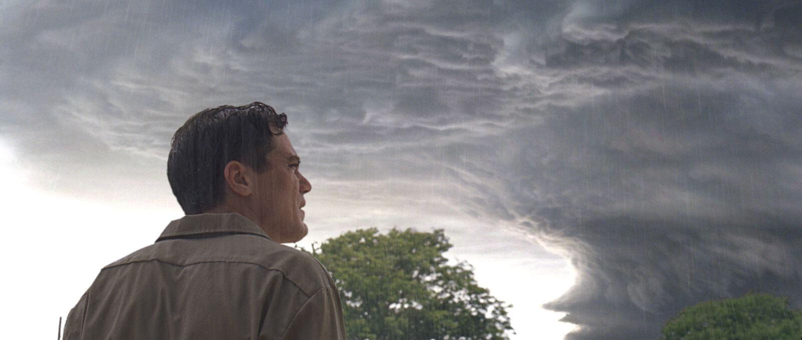 yaklaşan fırtınada adam