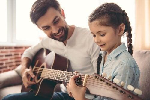 gitar çalan baba kız
