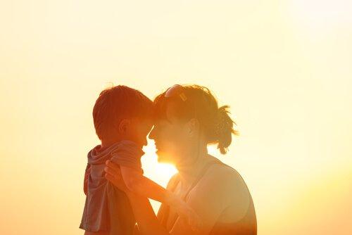 günbatımında anne çocuk