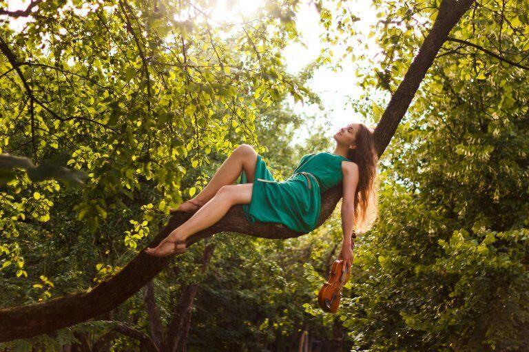 kadın ağaca uzanmış