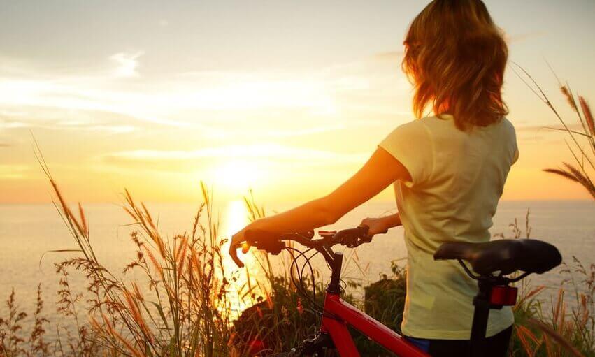 bisiklet ile manzaraya bakan kadın