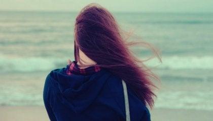 rüzgarda deniz kenarında duran kadın