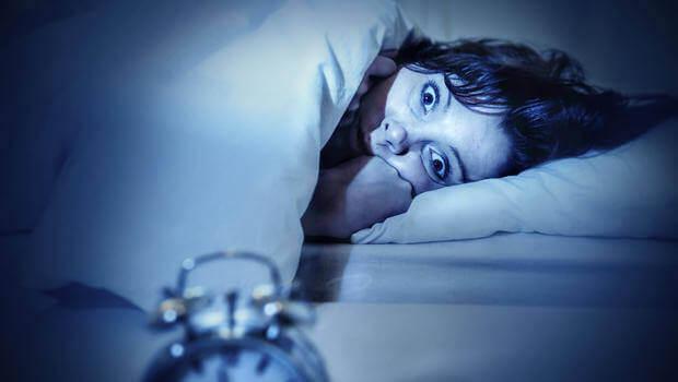 kadın uykuda korkuyor