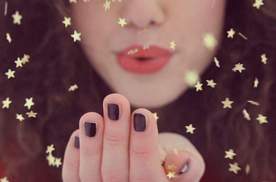 kadın yıldızları üflüyor