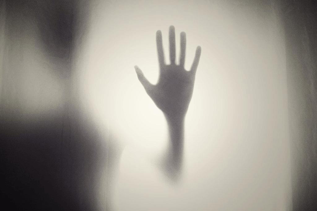 karanlıktan bir kadın eli