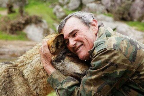 marcos rodríguez pantoja köpeğe sarılıyor