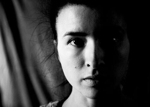 mikro-ifadeler gösteren kadın