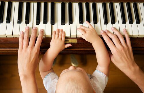 piyano çalan anne çocuk